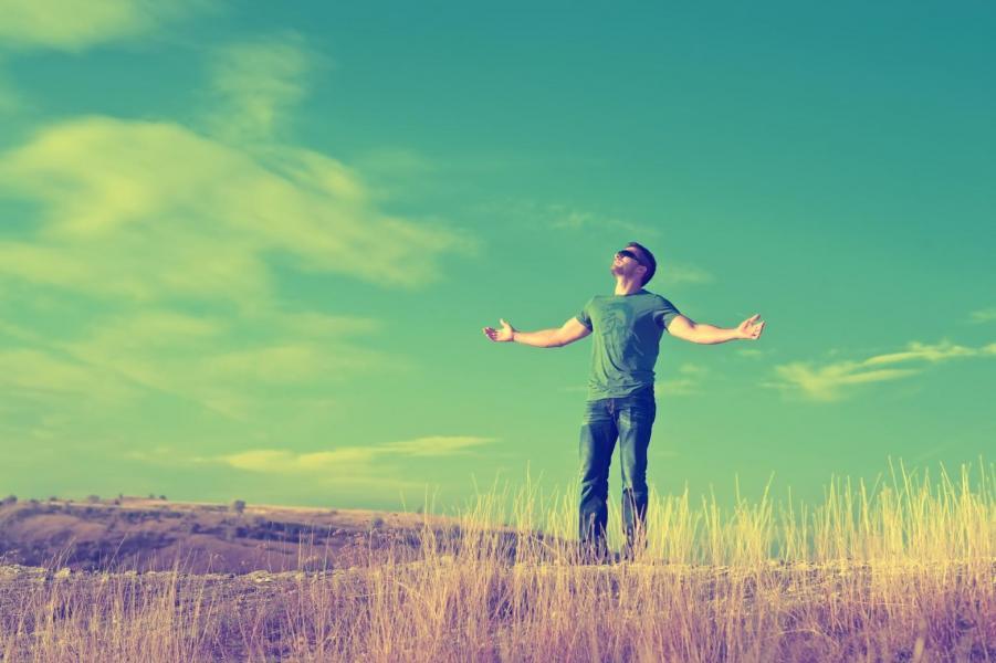 Homme paysage champ campagne libre liberte heureux images photos gratuites 1560x1038