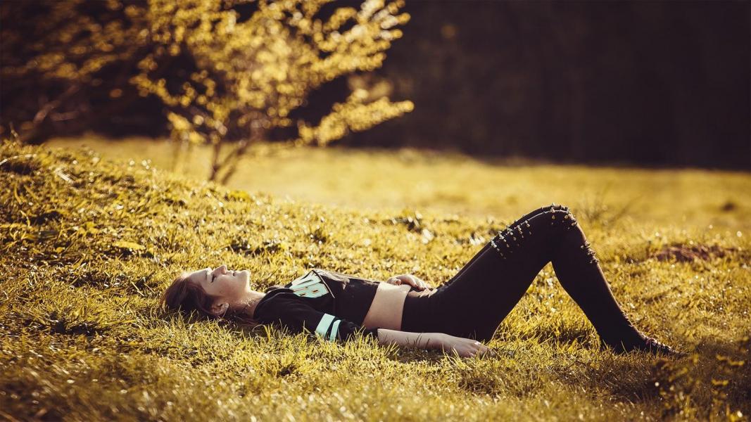 Jeune fille allongee sur l herbe 1560x877
